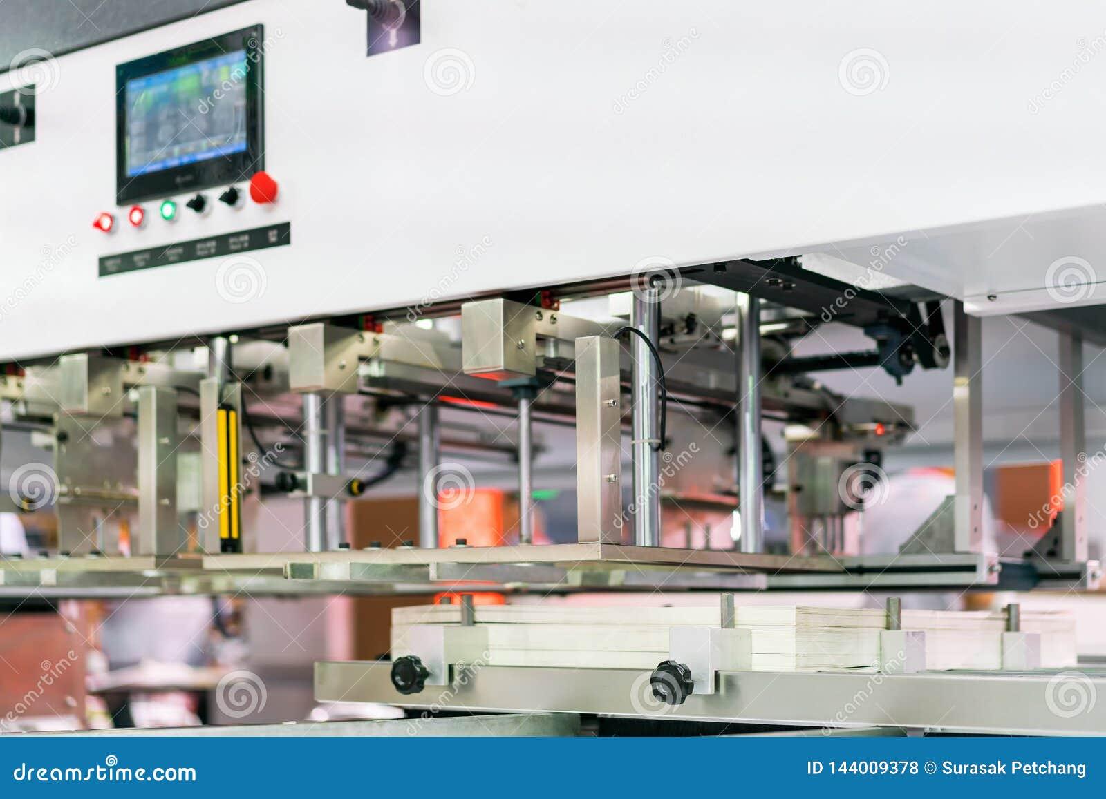 Velen behangen in modern en geavanceerd technisch van automatische publicatie of drukmachine