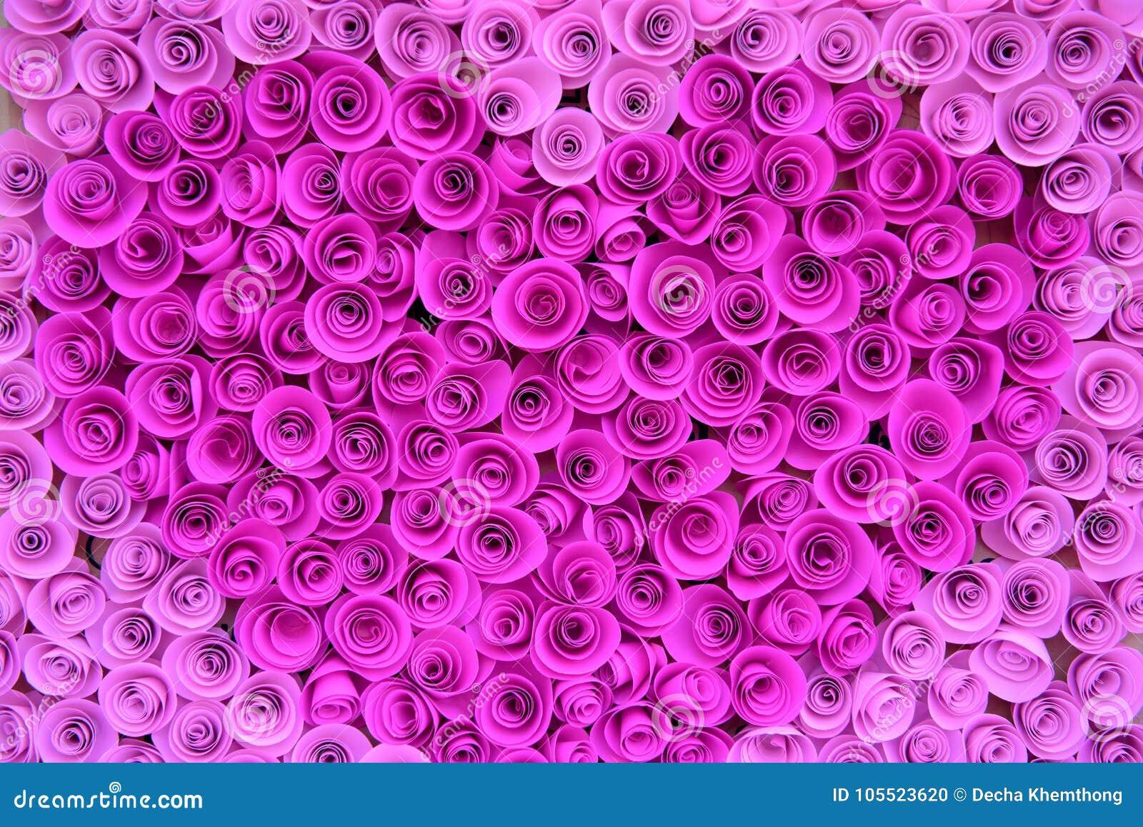 Velen behangen roze rozen