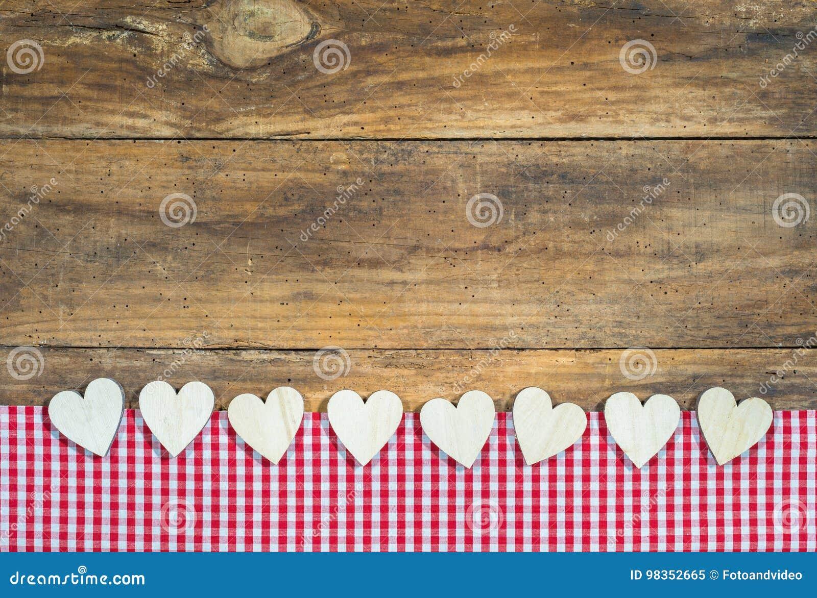 Velen houden harten van grens op rood geruit stof en hout