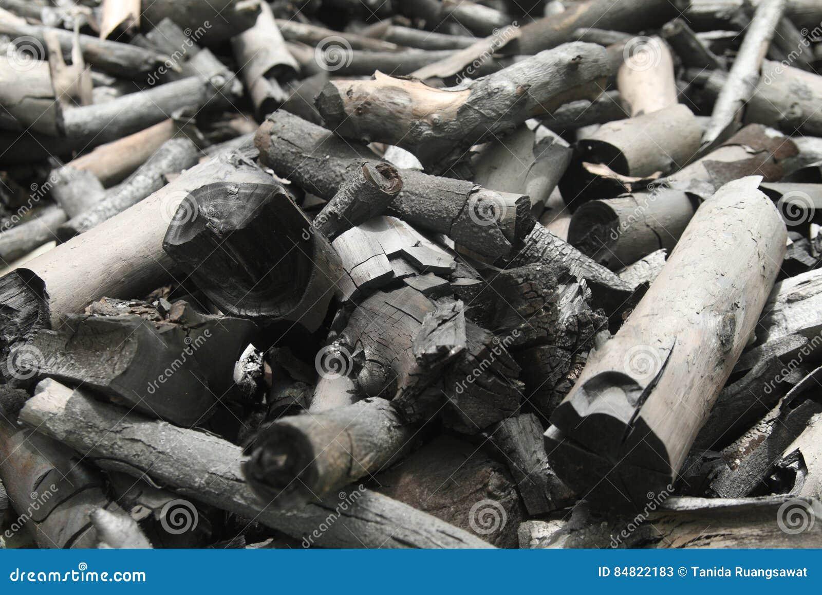 Velen zwarte houtskool maken van hout