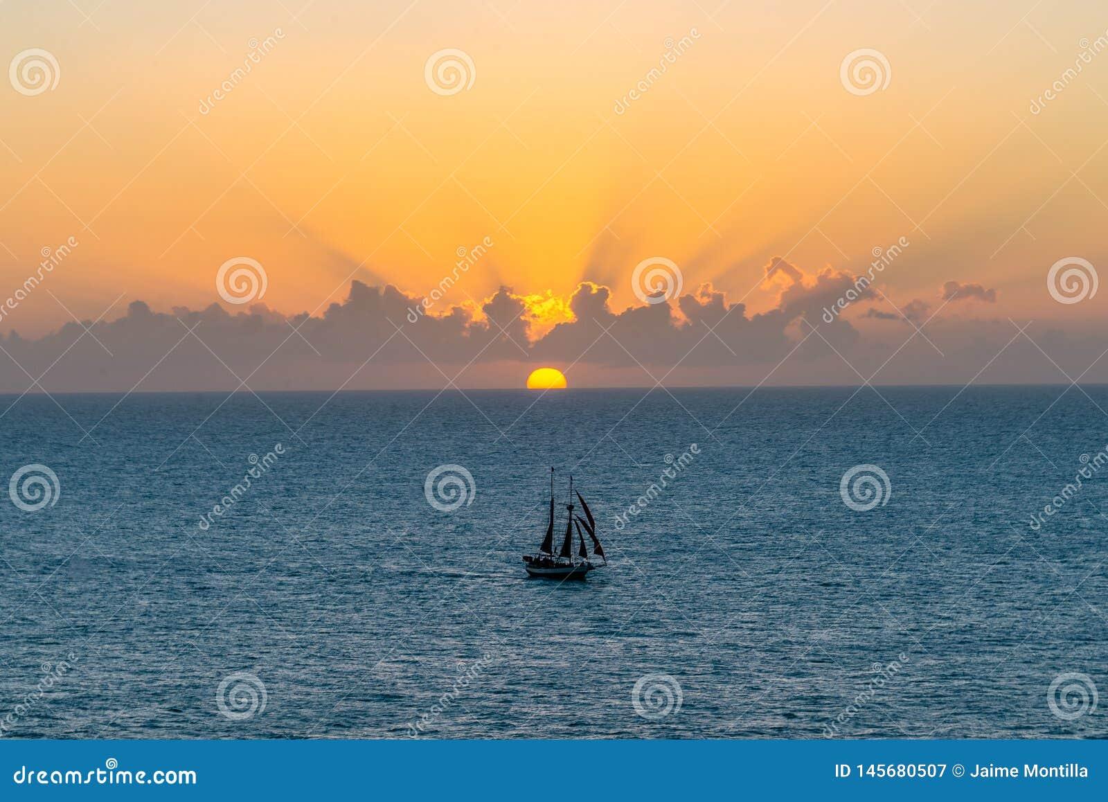 Velero en la puesta del sol en Key West