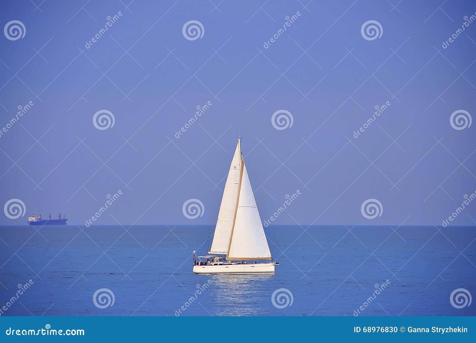 Velero y nave en el mar