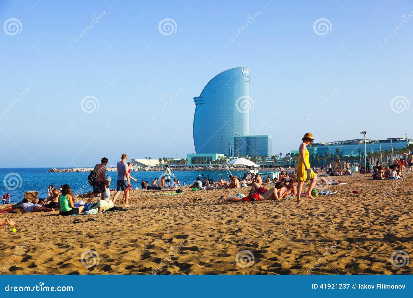 Veli della spiaggia e dell 39 hotel di barceloneta nella sera for Barcellona estate