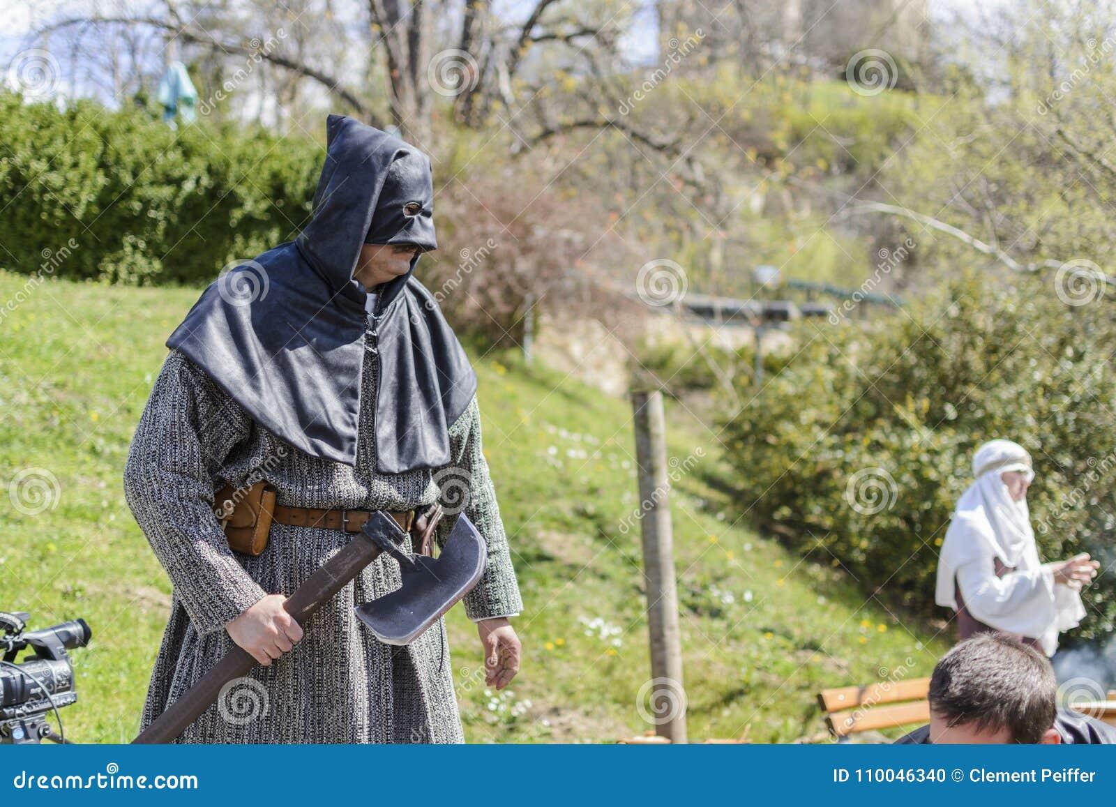 VELIKO TARNOVO, BULGÁRIA, o 4 de abril de 2015, executor que toma a pose e que faz a mostra para o turista na feira medieval
