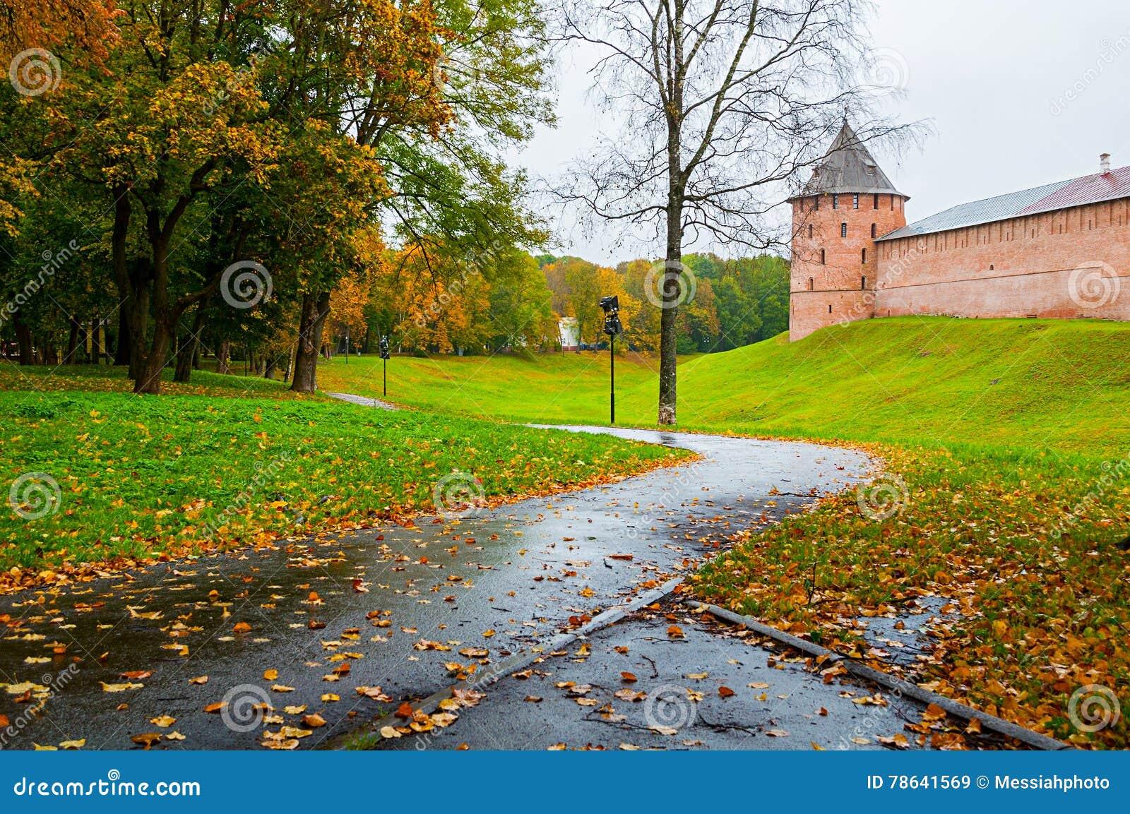 Veliky Novgorod, de vestingstoren van Rusland - van Novgorod het Kremlin in regenachtig de herfstweer