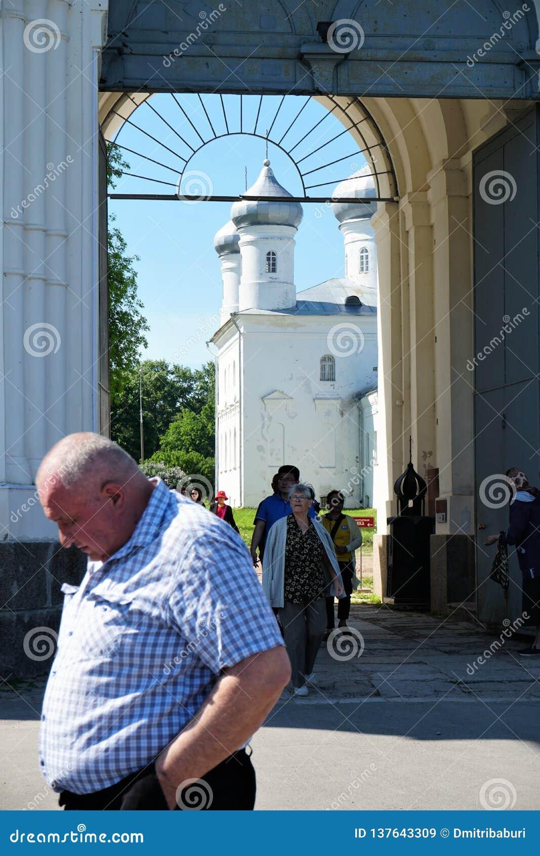 Veliky Novgorod, Russie, mai 2018 Pèlerins partant après la masse de l église du monastère