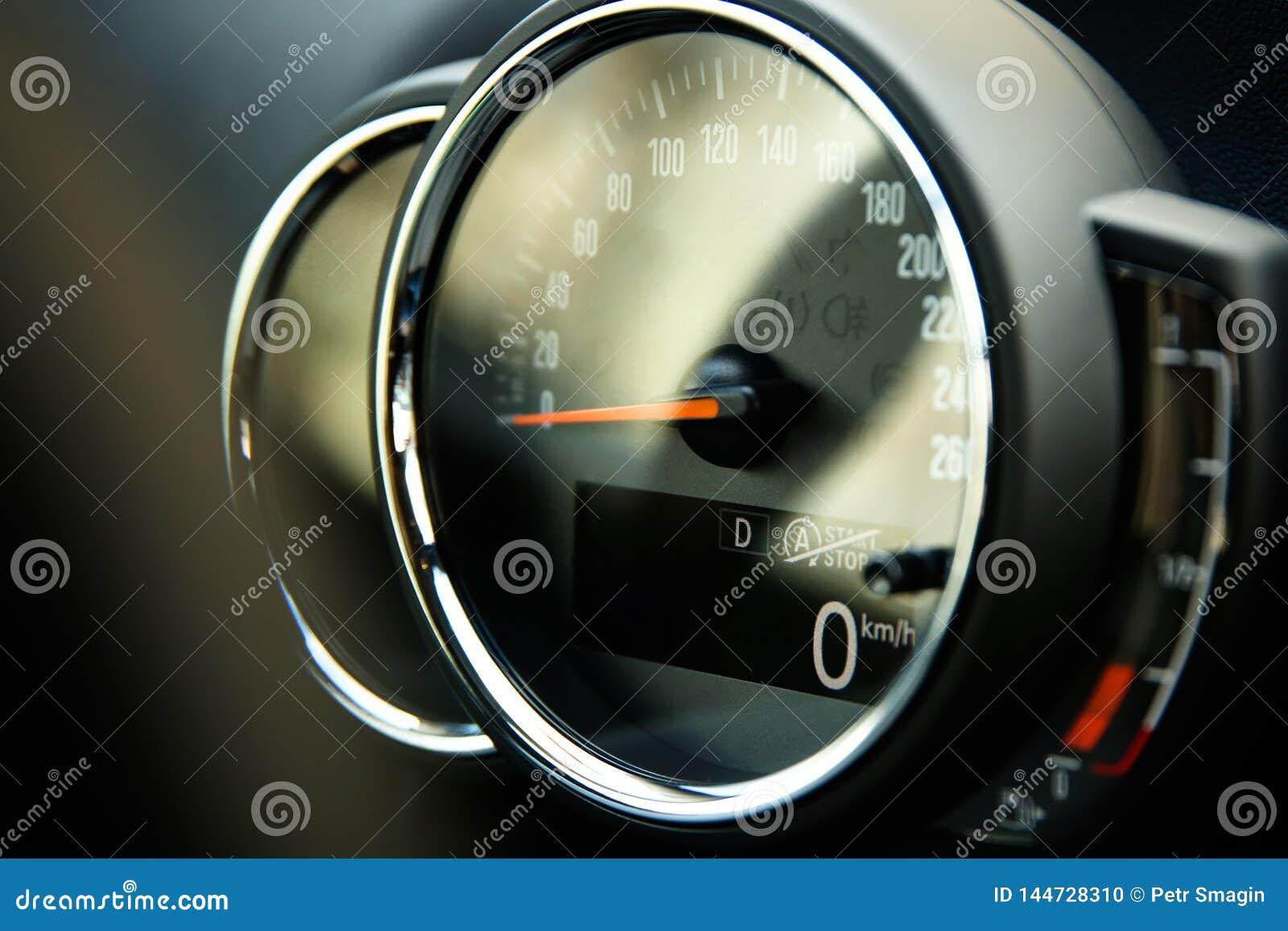Velocímetro análogo com a tela digital no close-up do carro
