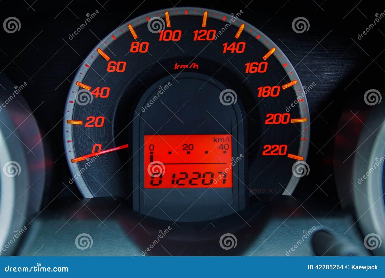Velocímetro moderno del coche y tablero de instrumentos iluminado