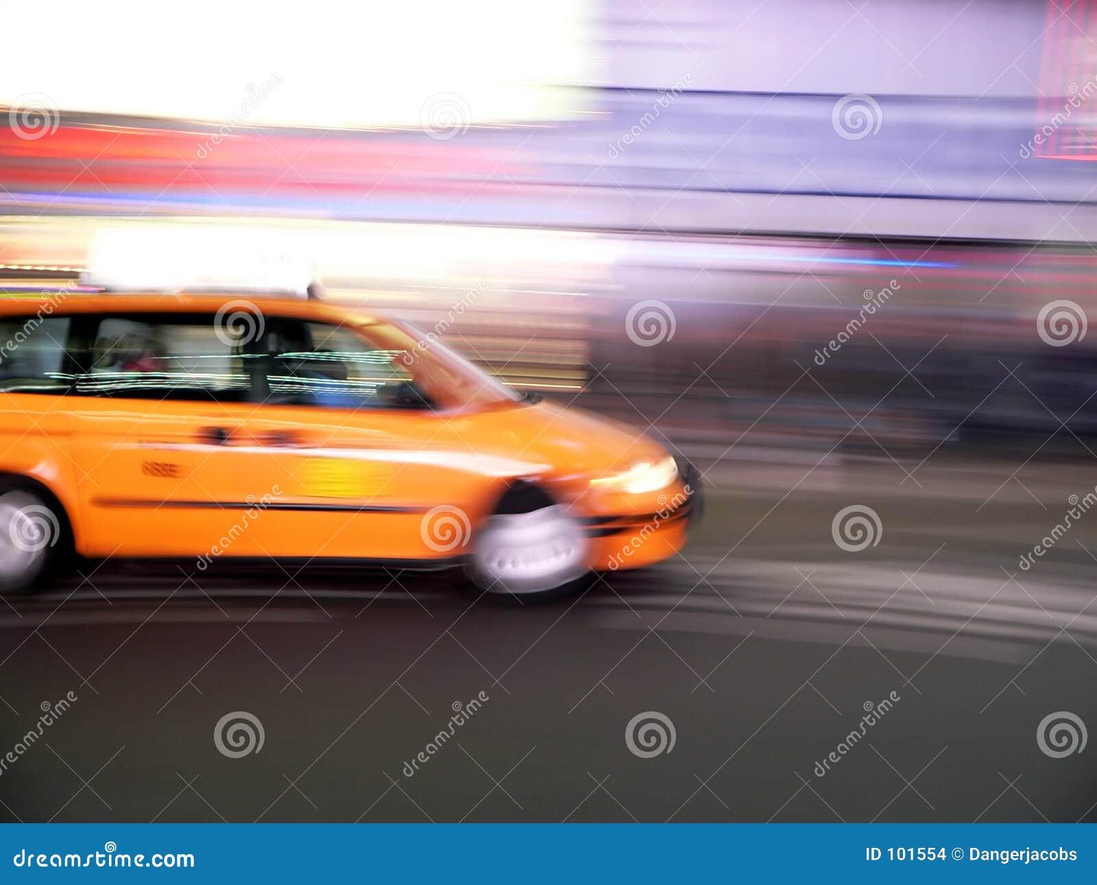 Velocidades do táxi da carrinha através do Times Square, New York City
