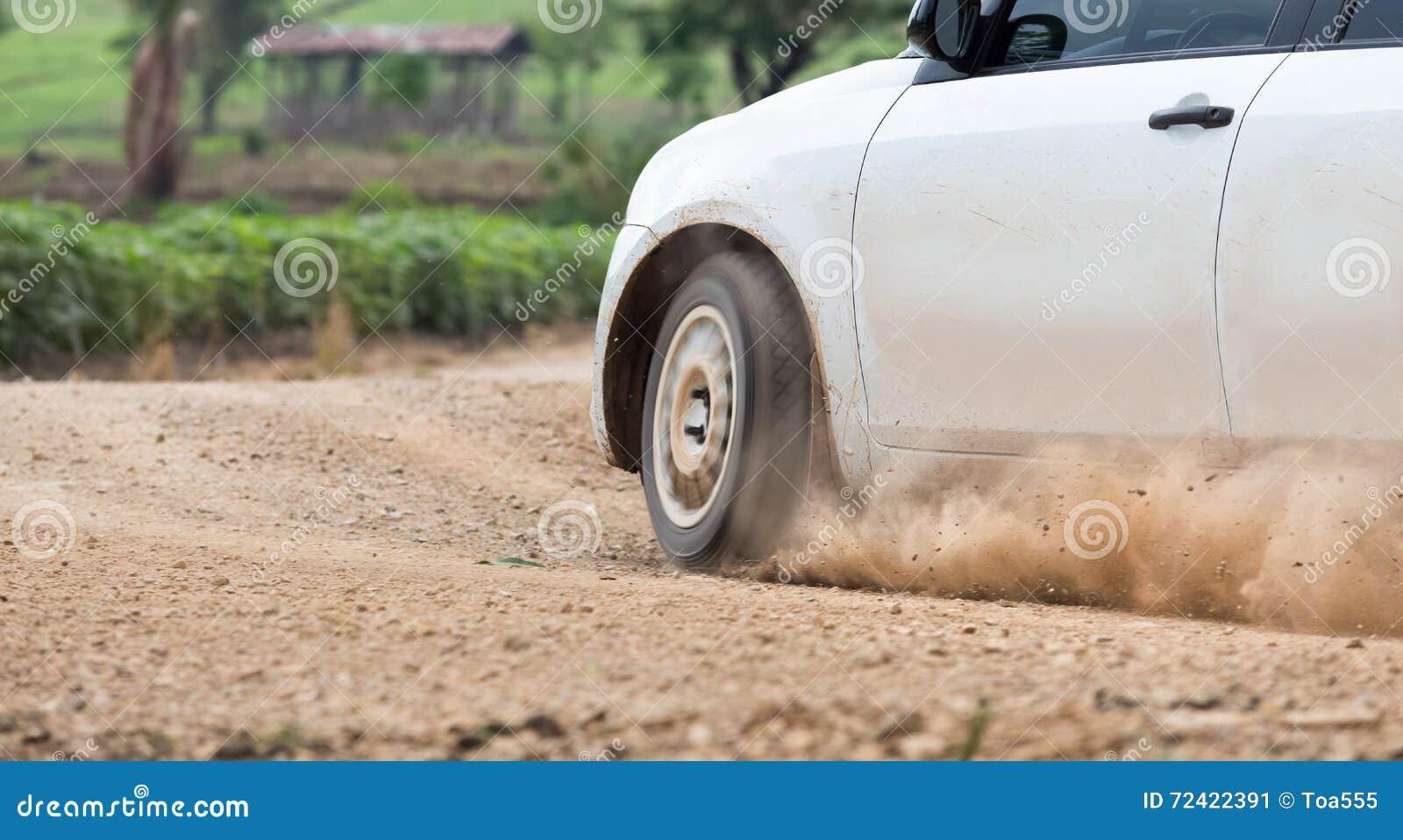 Velocità dell automobile di raduno nella pista di sporcizia