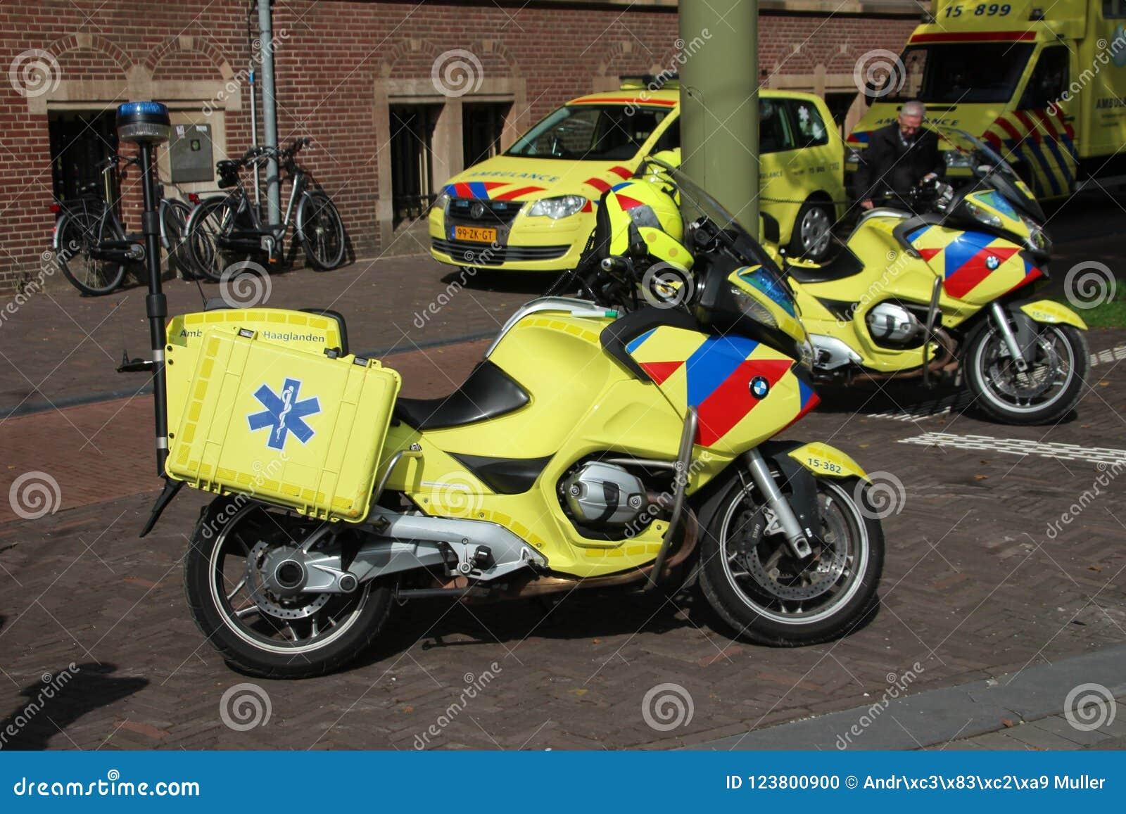 Velomotor da emergência em Haia que estão sendo usados para obter rapidamente às vítimas em ruas movimentadas estreitas
