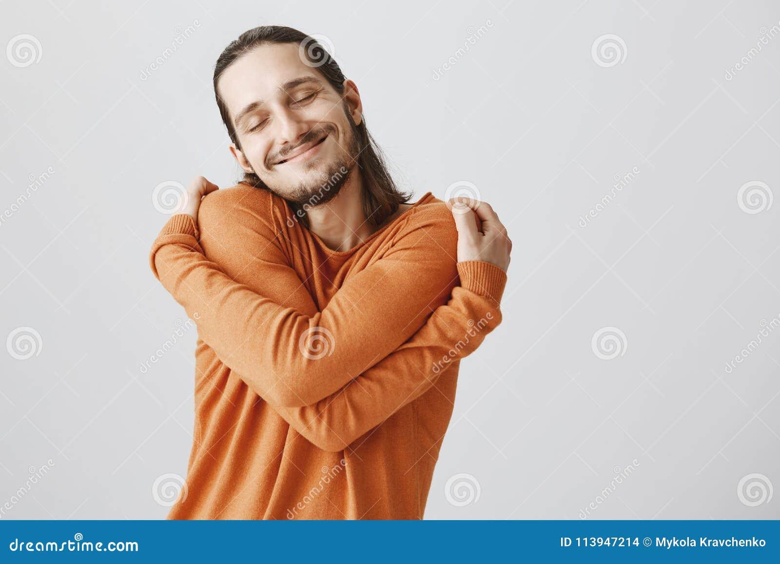 Vem behöver flickvänner, om du kan krama sig Rolig skämtsam europeisk grabb med den långa hår- och skäggkeln själv och