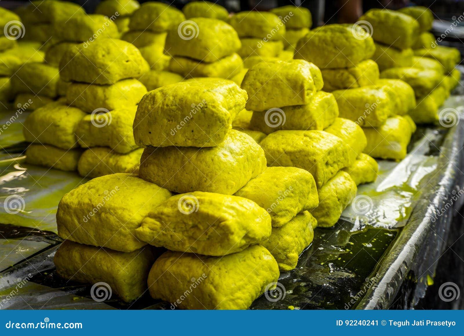 Venda amarela do tofu no mercado local bogor recolhido foto jakarta Indonésia do tradiitonal