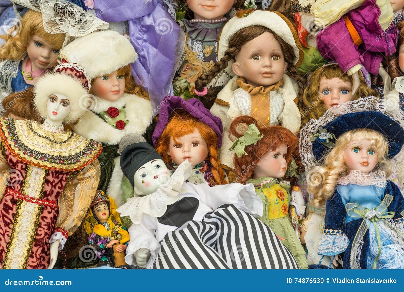Venda de bonecas velhas em uma feira da ladra