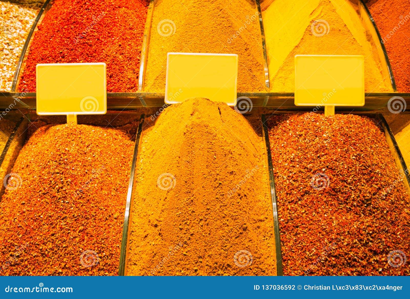 Venda de diversas especiarias no bazar árabe