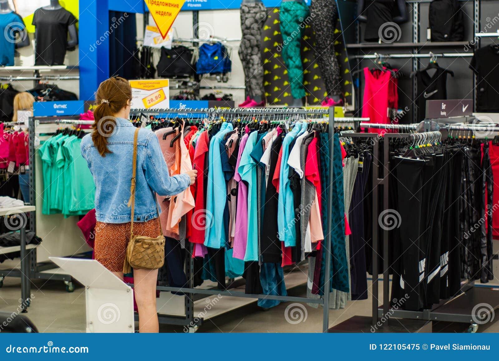 5bea2e08a Minsk, Bielorrússia - 21 de julho de 2018: venda dentro da loja de roupa no  shopping