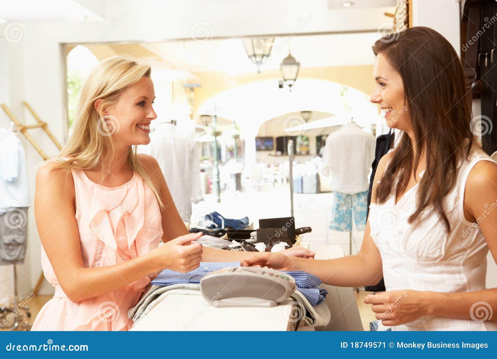 Vendas assistentes na verificação geral da loja de roupa