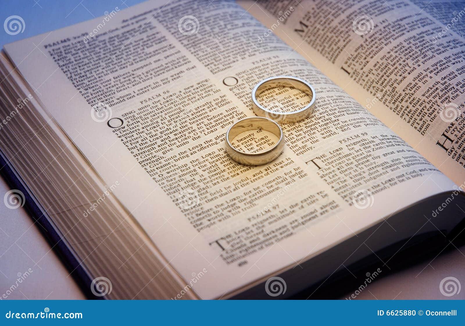 Biblia Matrimonio Entre Primos : Vendas de boda en una biblia foto archivo imagen