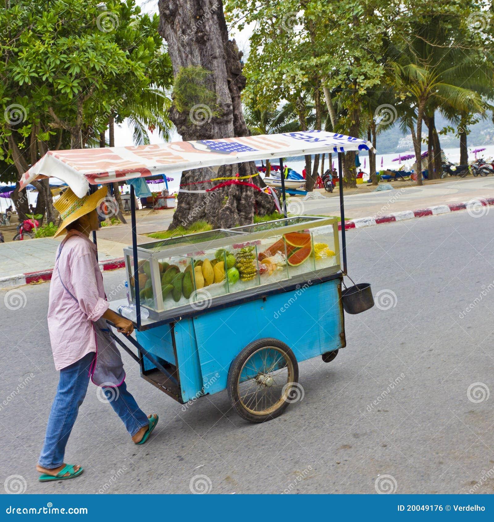 Vendedor de la fruta que empuja su carro foto editorial - Carro de frutas ...
