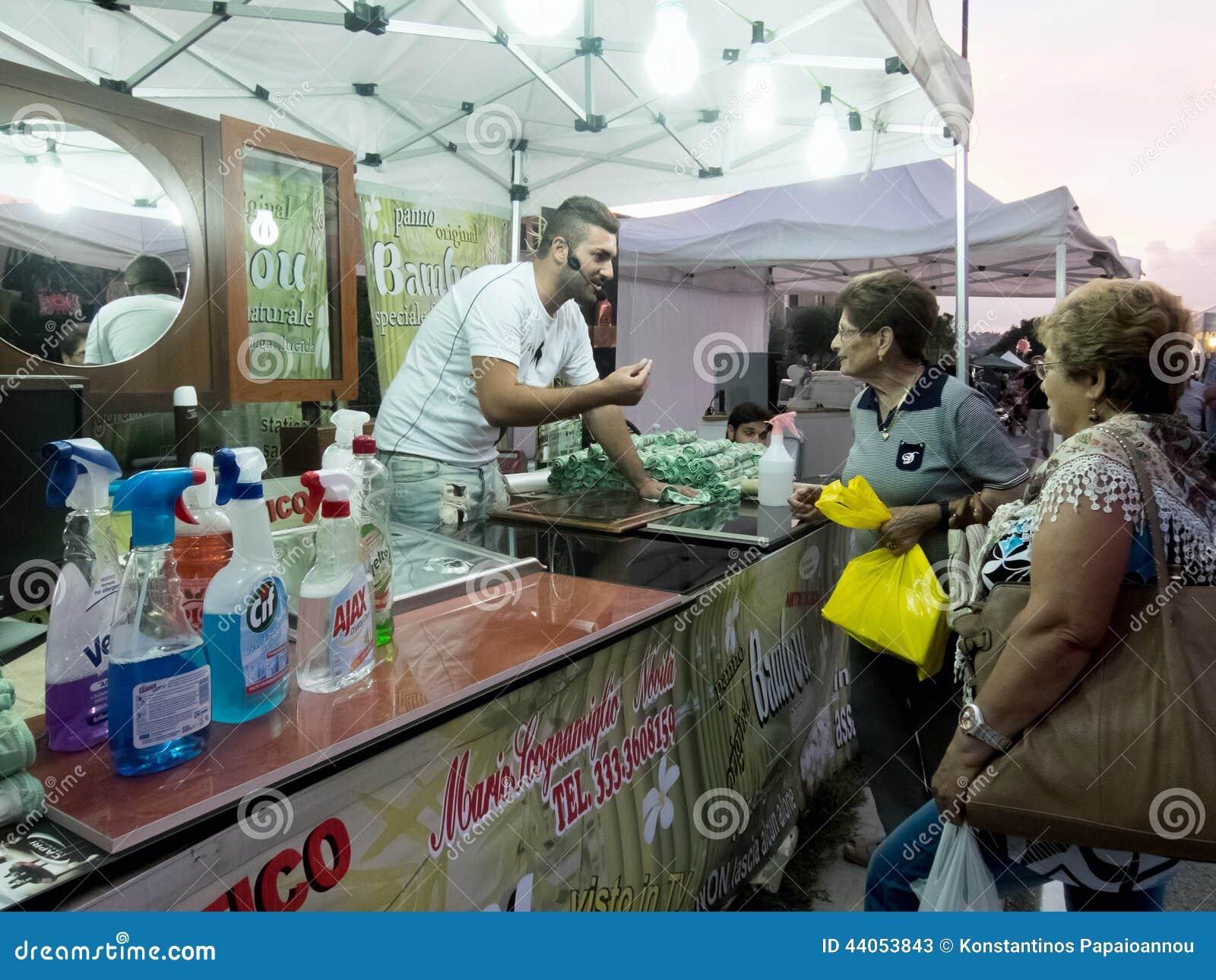 Vendedor De Los Objetos Para La Casa De Limpieza Foto de archivo ...