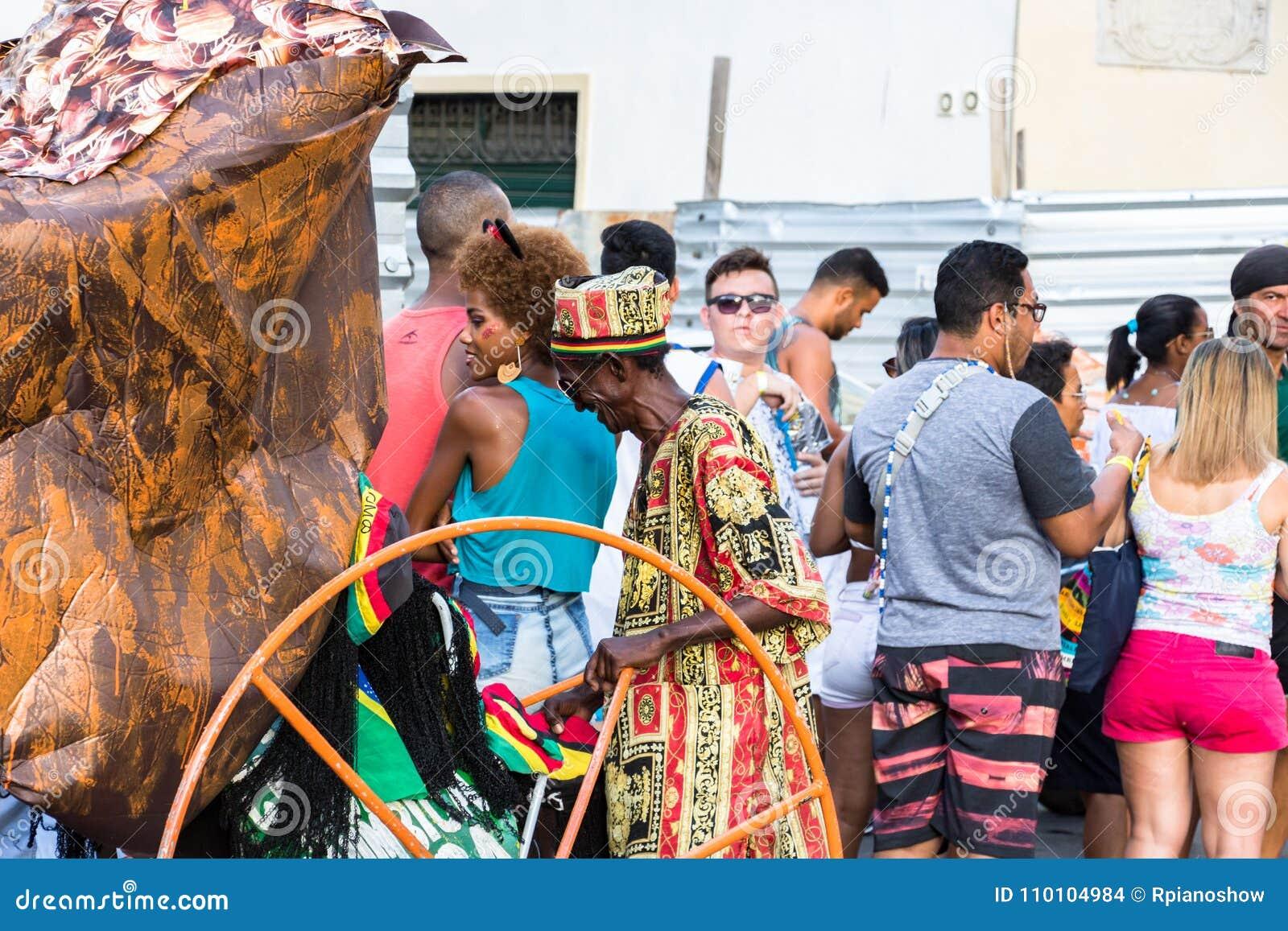 Vendedor do chapéu do carnaval nas ruas em Salvador Bahia no carnaval