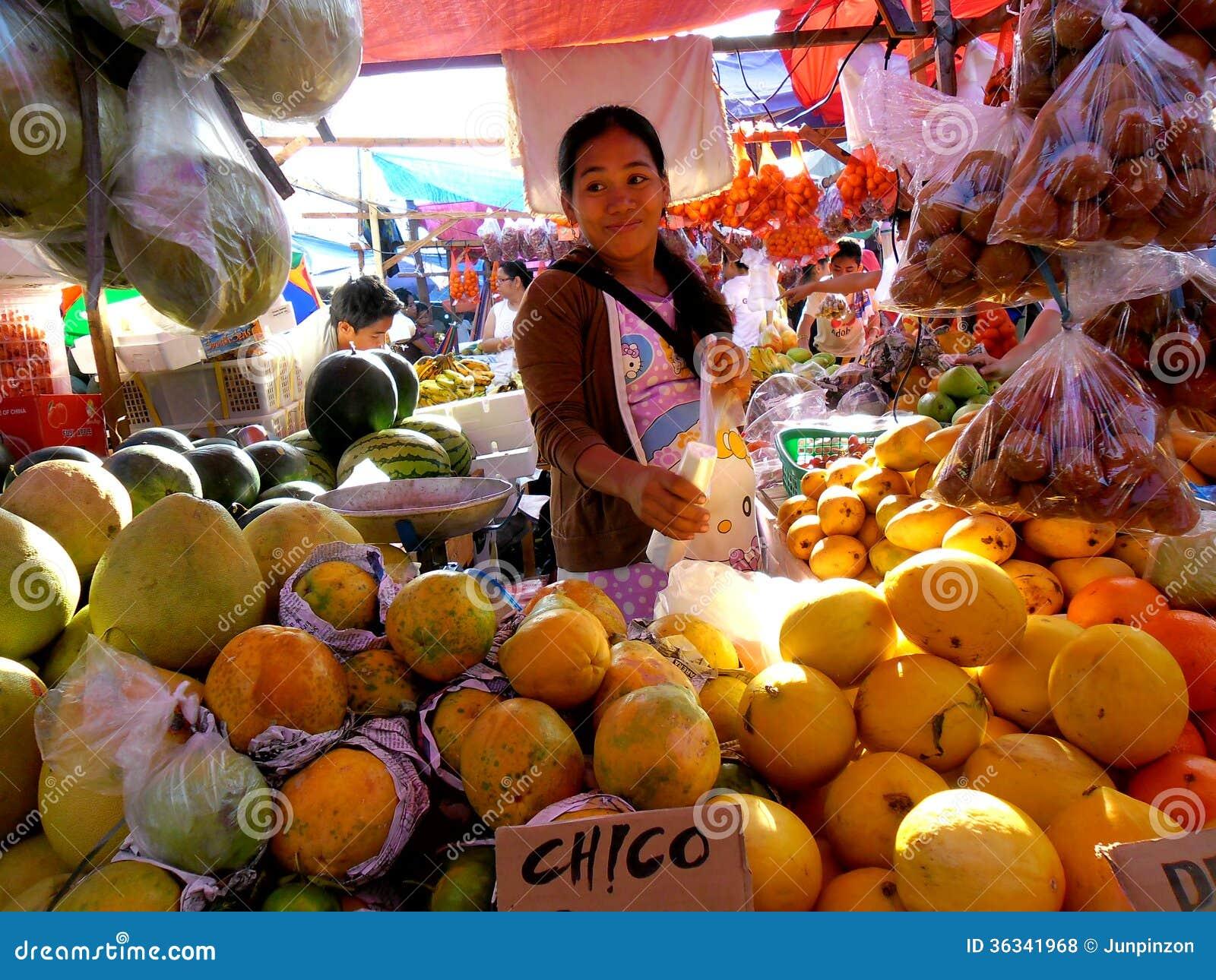 Vendedor do fruto em um mercado em Cainta, Rizal, Filipinas, Ásia