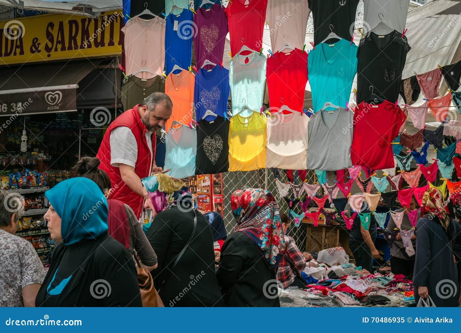 Vendedor en el mercado turco en Estambul
