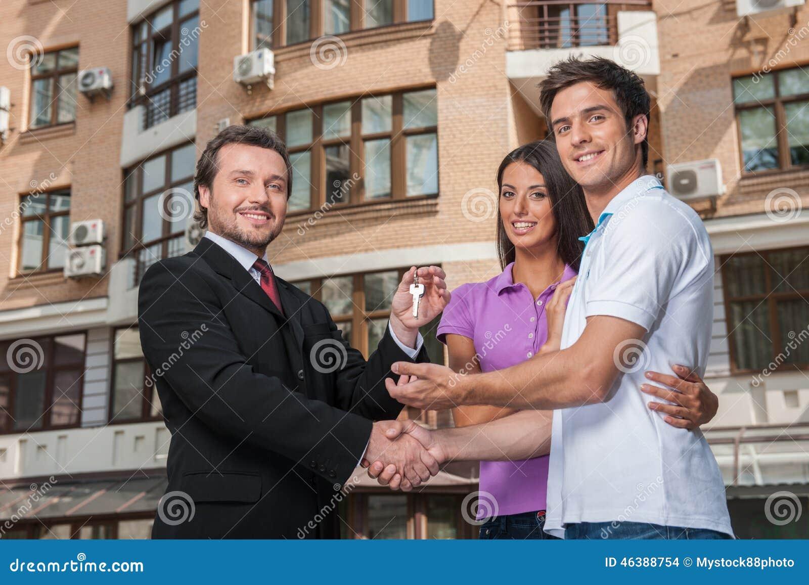 Vendedor que da llaves a los propietarios