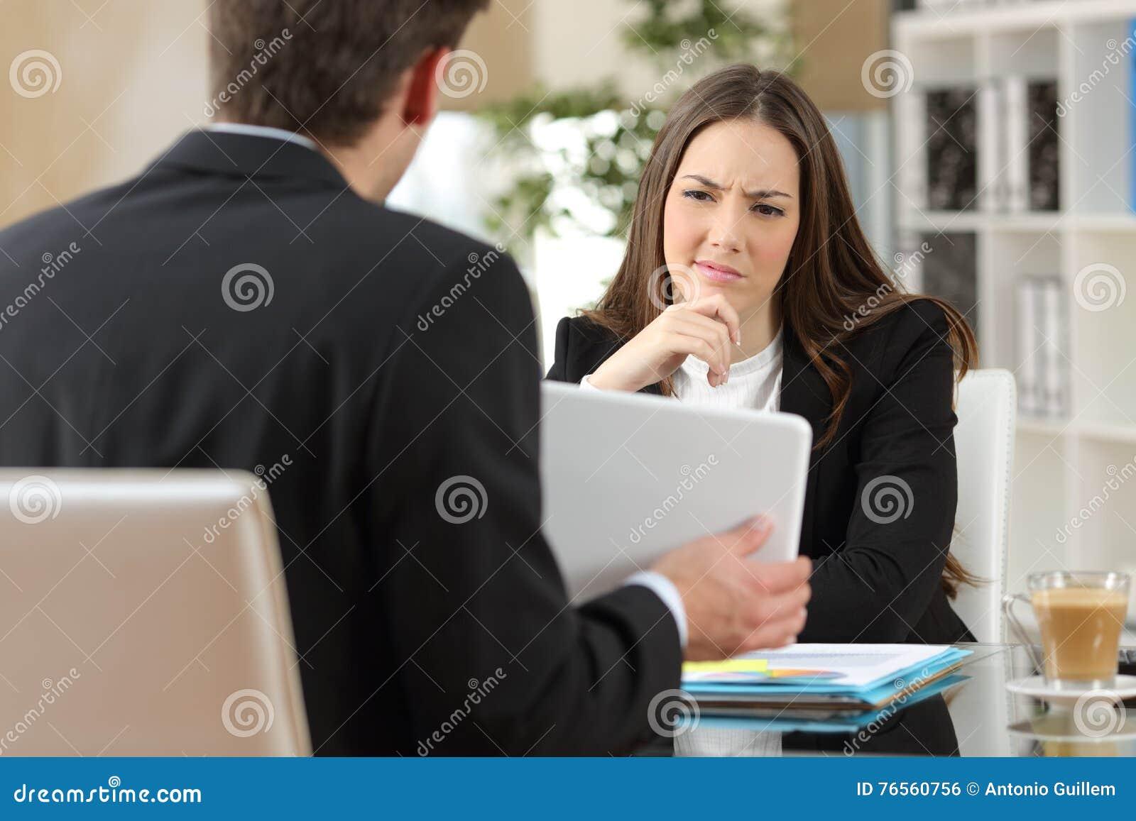 Vendedor que intenta convencer a un cliente dudoso