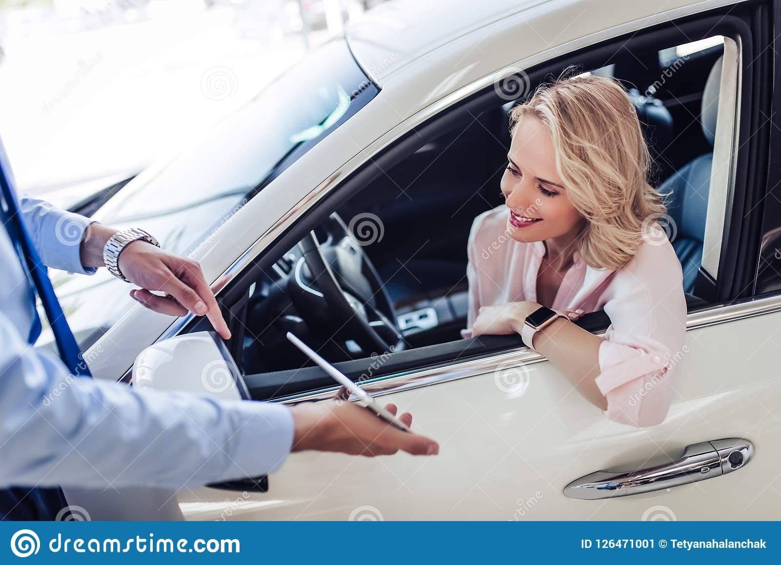 Vendedor que mostra a mulher algo na tabuleta digital