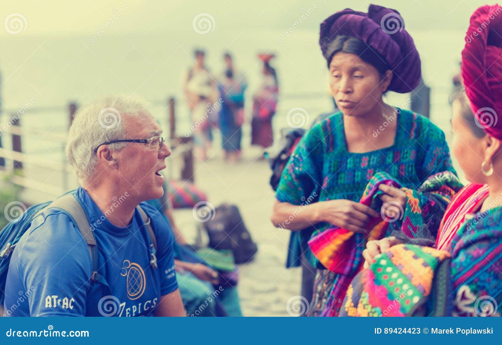 Vendedores ambulantes na cidade ocupada do turista de Panajachel, Guatemala