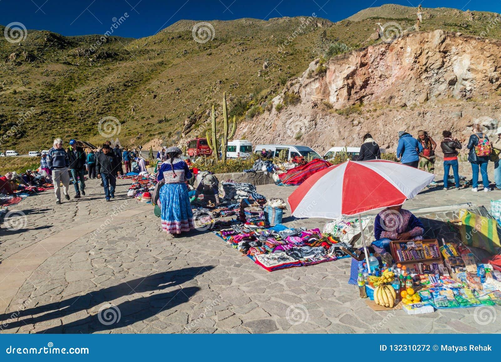 Vendedores do mercado no ponto de vista de Cruz Del Condor