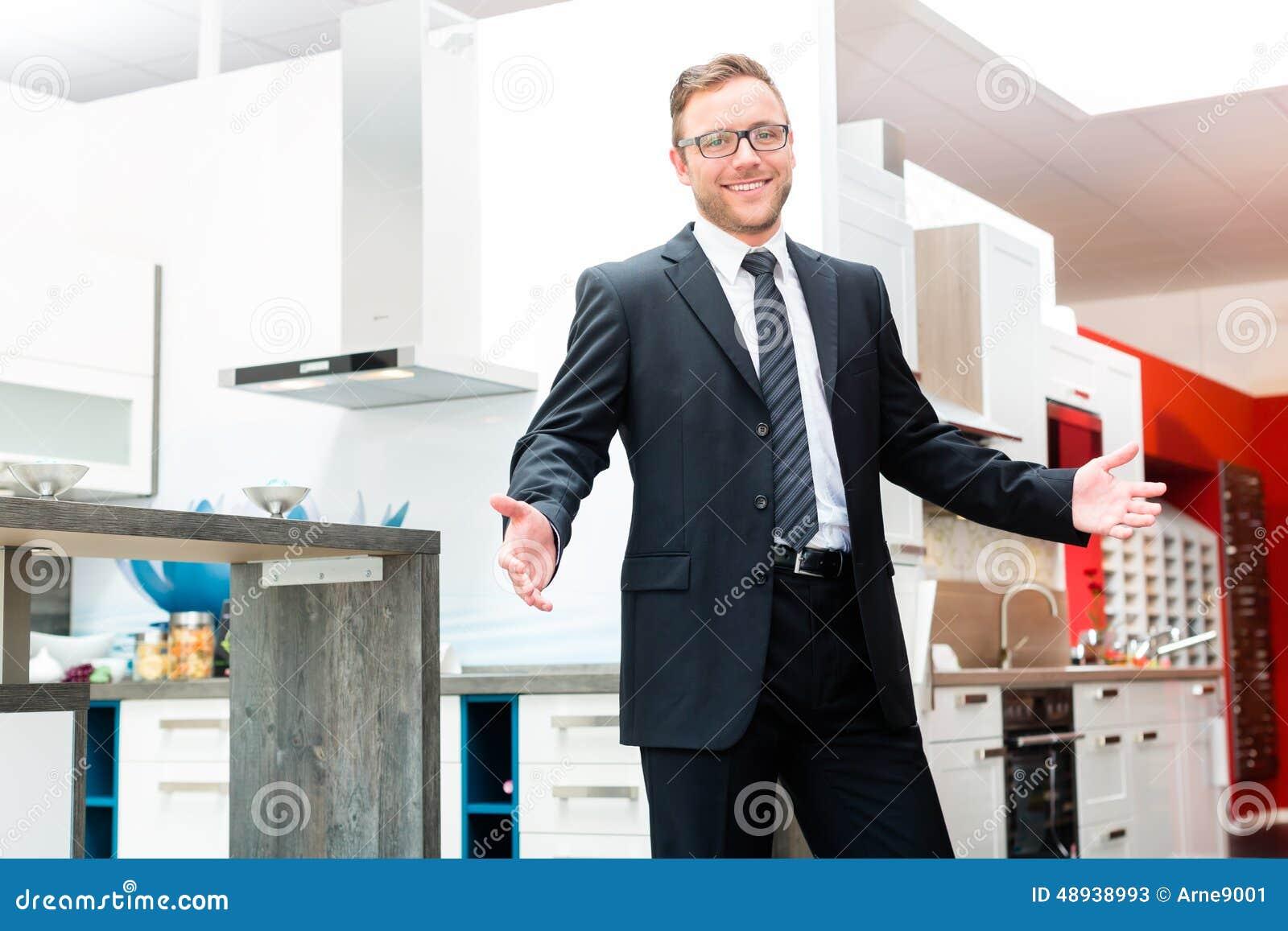 vendeur dans la salle d 39 exposition de meubles de cuisine