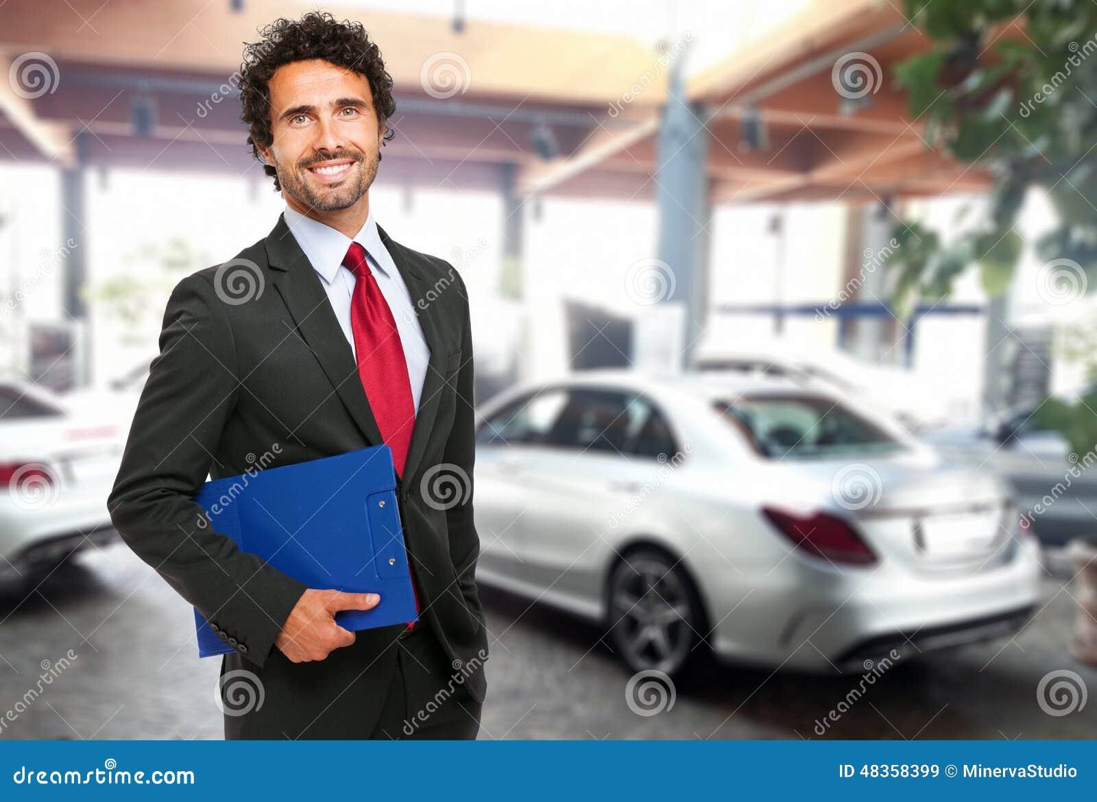 Vendeur dans une salle d exposition de voiture