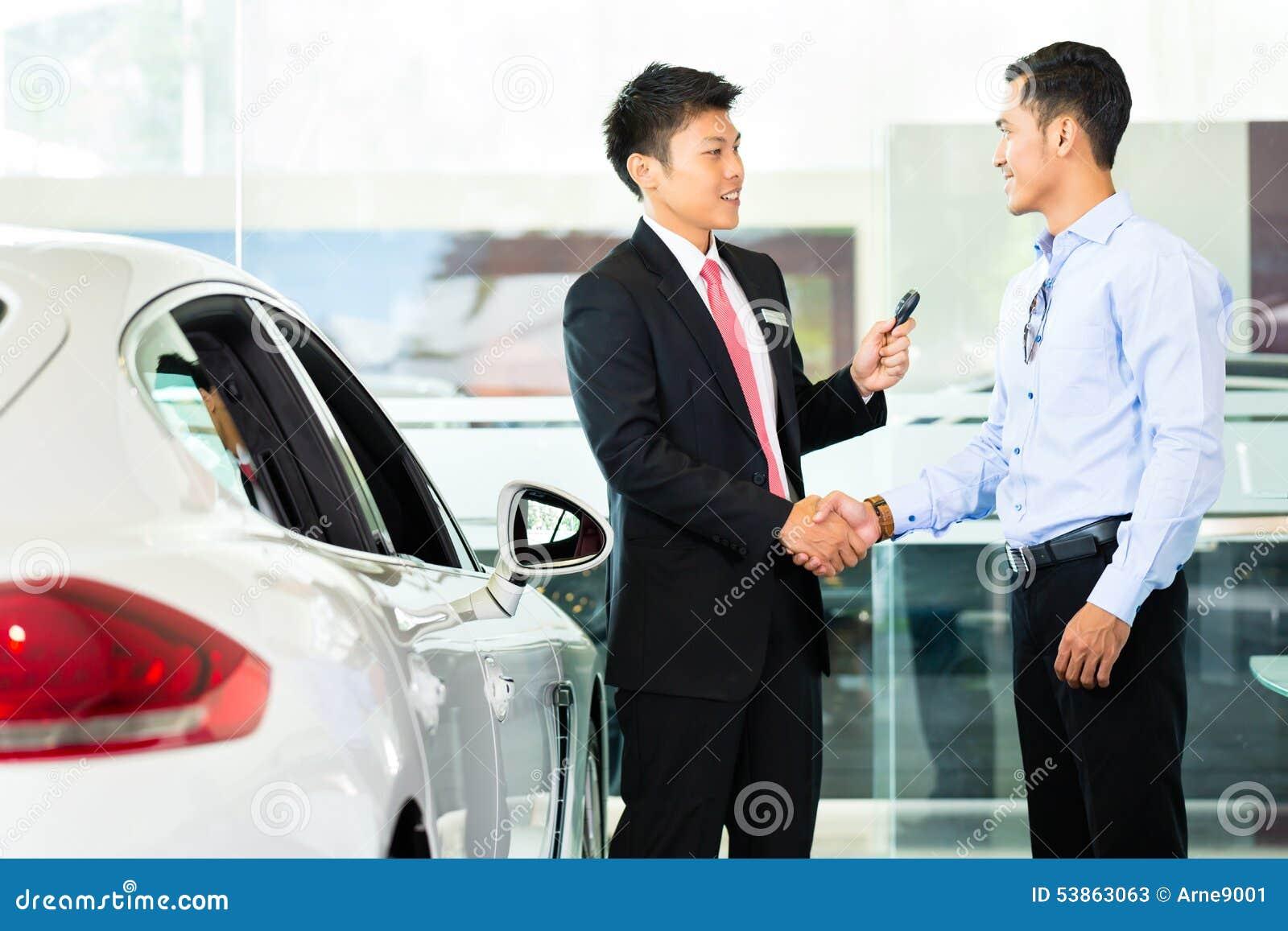 vendeur de voiture vendant l 39 automobile au client photo stock image 53863063. Black Bedroom Furniture Sets. Home Design Ideas