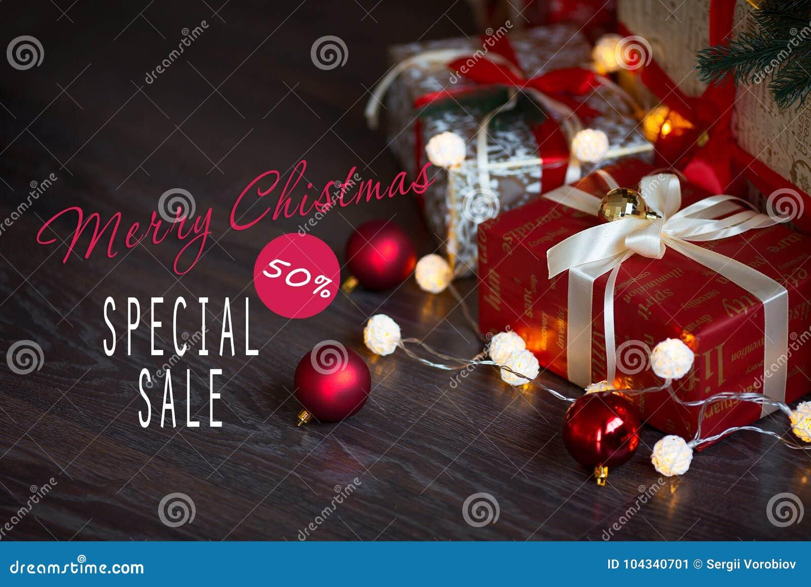 Vendite sulle feste del nuovo anno e di Natale Decorazione festiva con un iscrizione informativa di uno sconto di 50 per cento pe