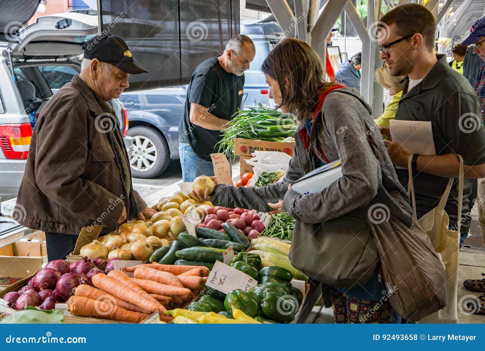 Venditore di verdure al mercato della città di Roanoke