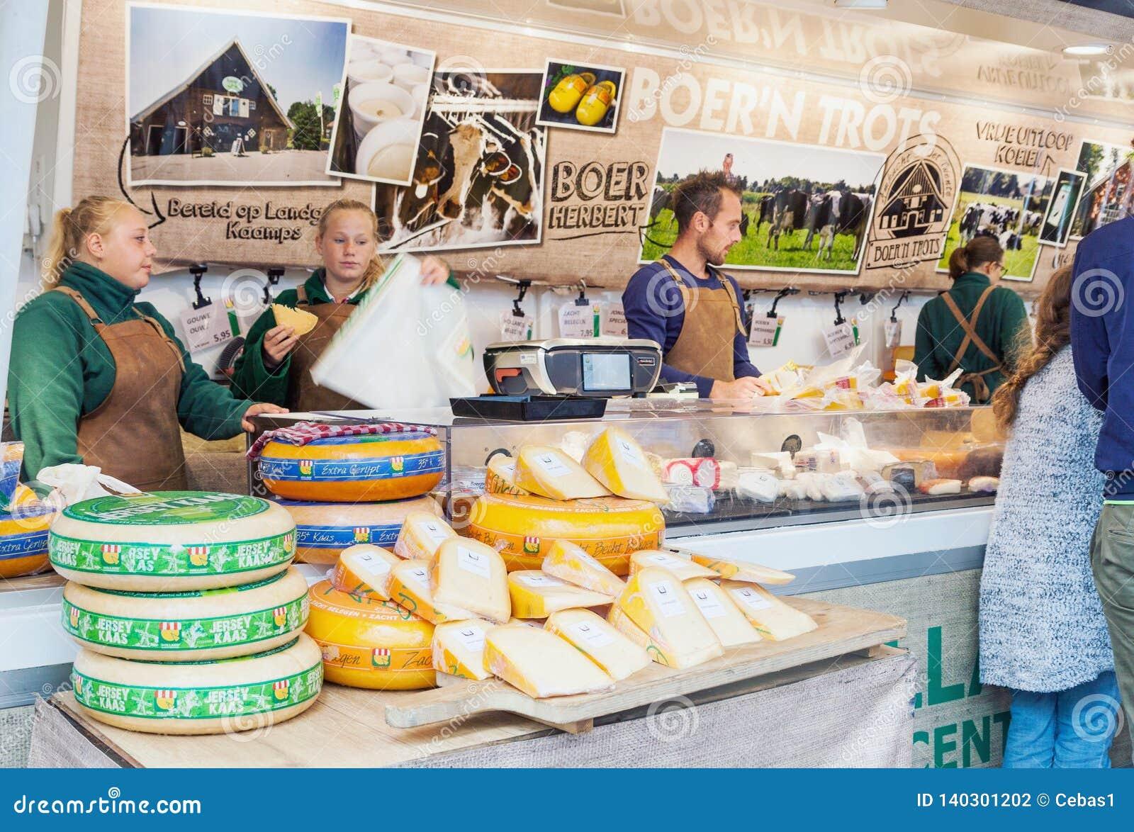 Venditori che vendono formaggio olandese tradizionale nel mercato di strada nei Paesi Bassi