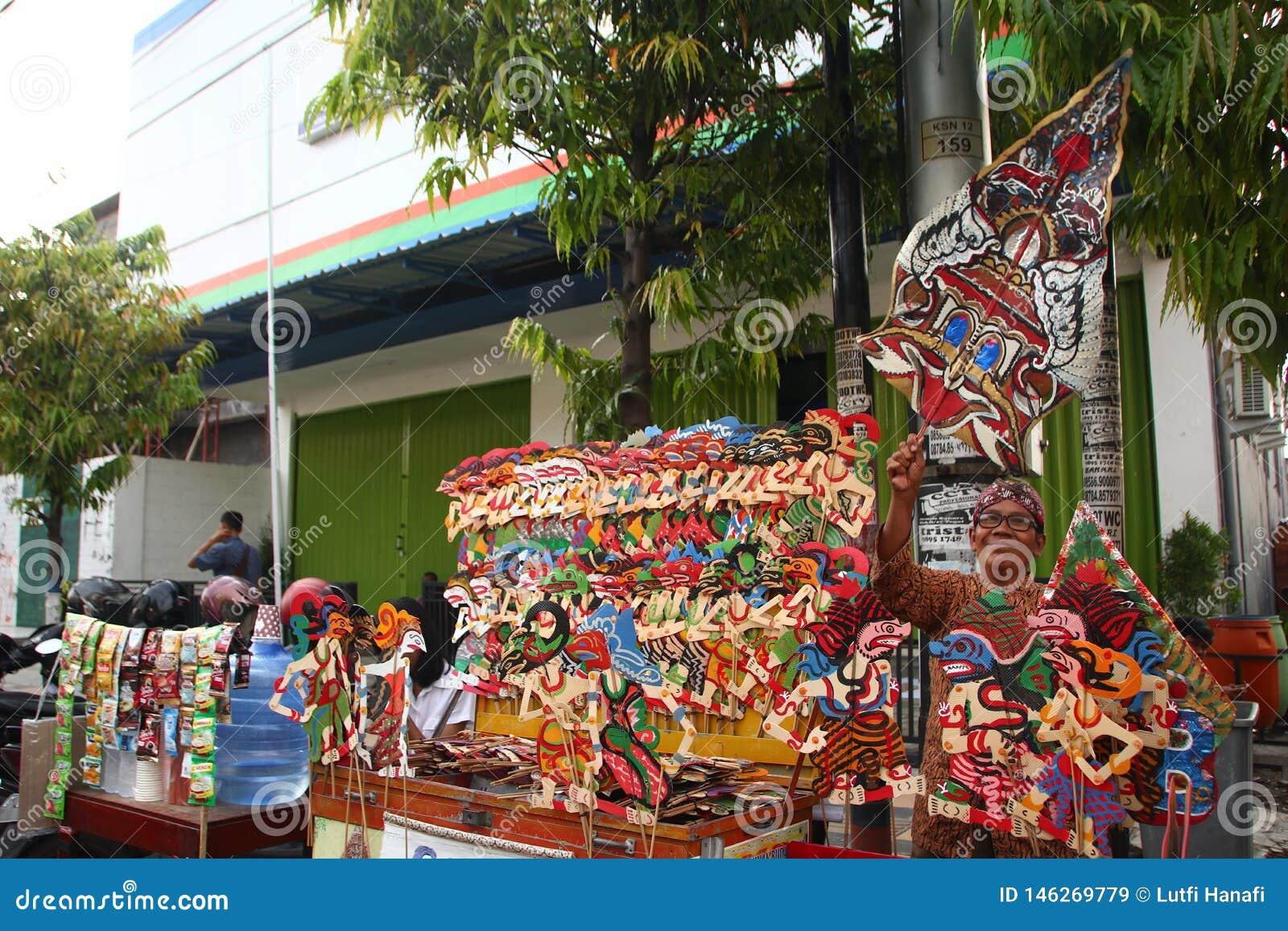Venditori di Wayang Kulit sulle vie, mentre esibendo i loro prodotti di vendita in Tegal/Java centrale, l Indonesia,