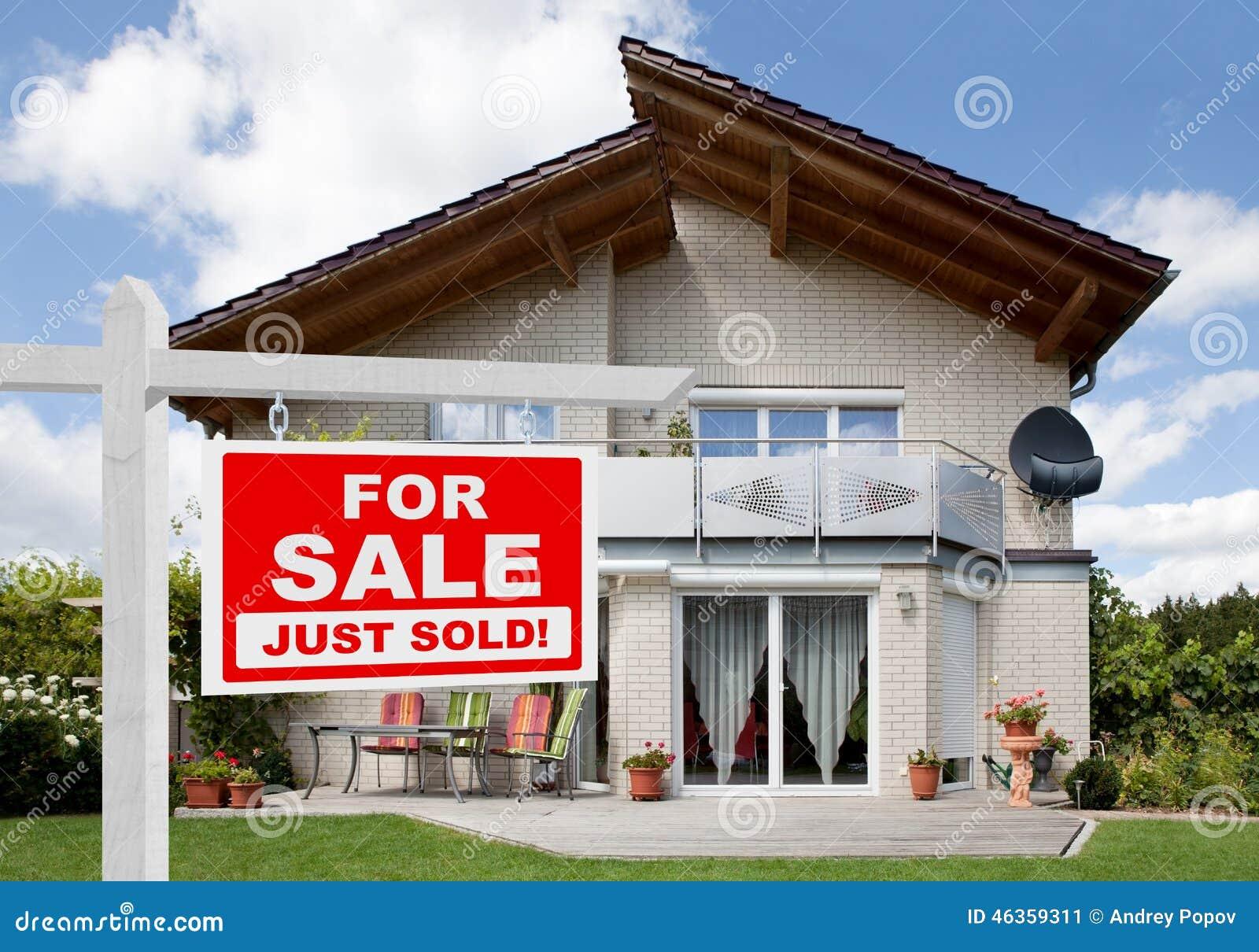 Venduto a casa per il segno di vendita davanti alla casa