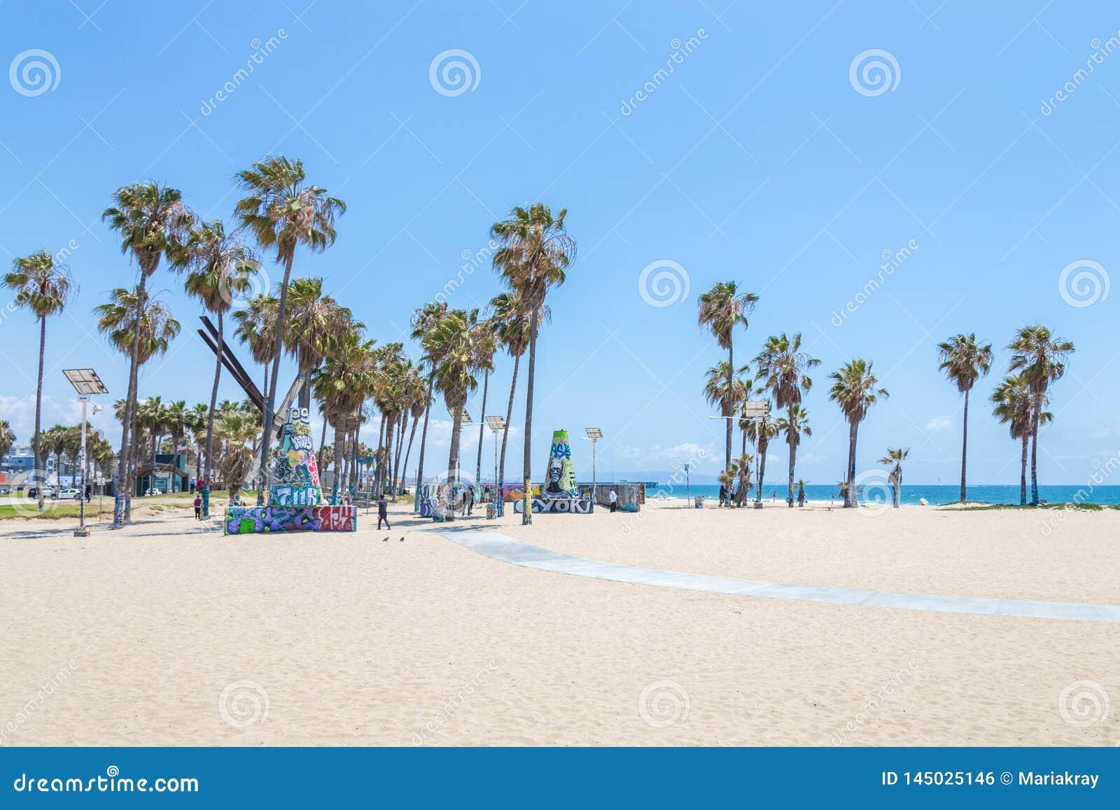 VENECIA, ESTADOS UNIDOS - 21 DE MAYO DE 2015: Oc?ano Front Walk en Venice Beach, California Venice Beach es uno de la mayor?a de