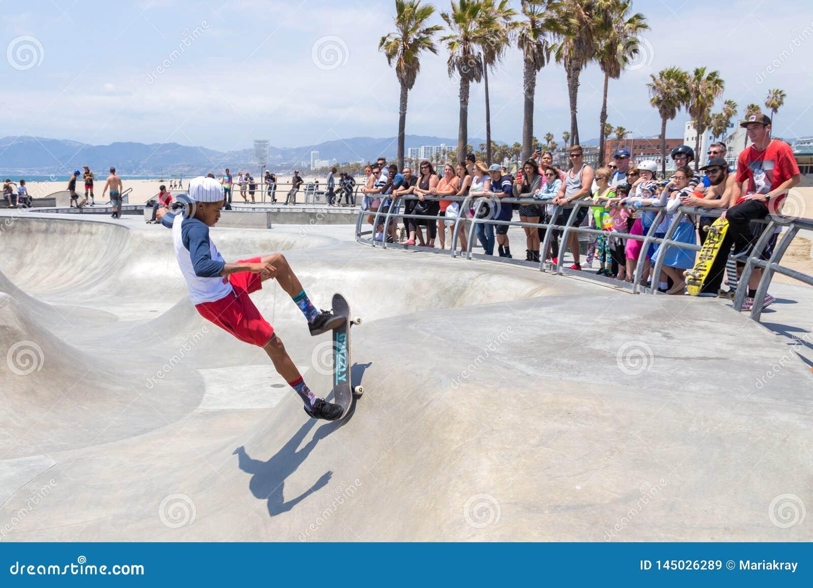 VENECIA, ESTADOS UNIDOS - 21 DE MAYO DE 2015: Oc?ano Front Walk en Venice Beach, Skatepark, California Venice Beach es uno de