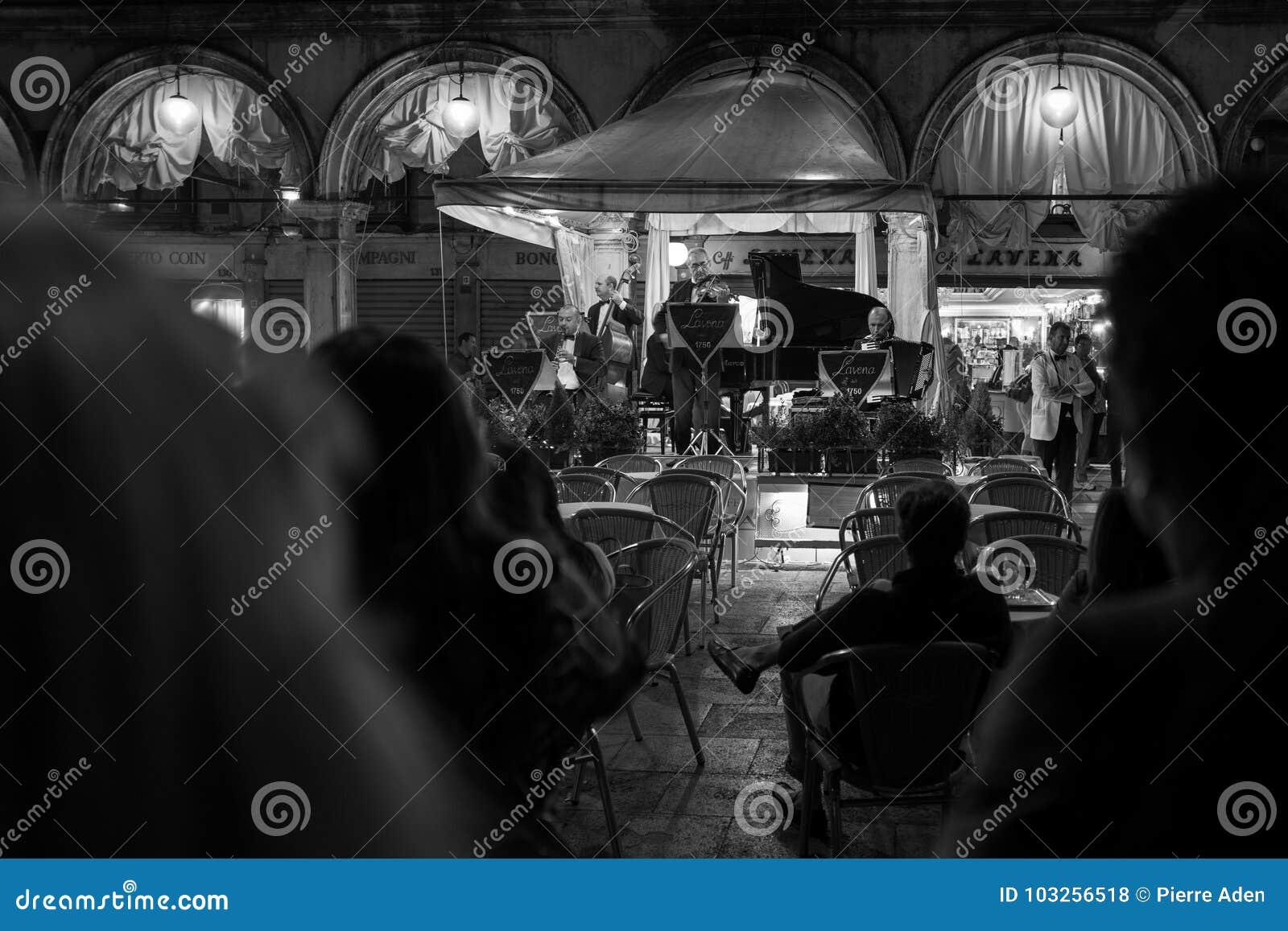 Venecia, Italia - 4 de octubre: Los músicos juegan para los turistas en la noche en la plaza San Marco el 4 de octubre de 2017 en