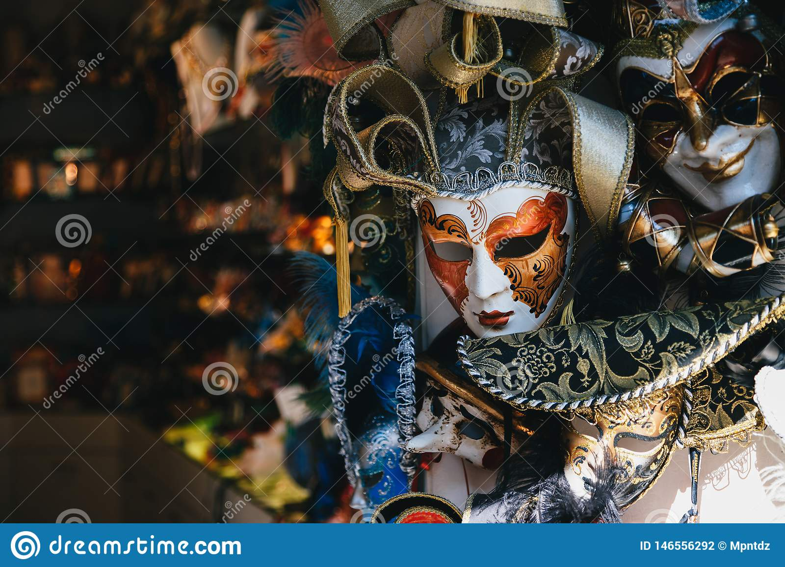 Venecia, Italia - septiembre, 9 2018: Venta veneciana colorida de las máscaras en tienda en la calle, Venecia, Italia M?scara ven