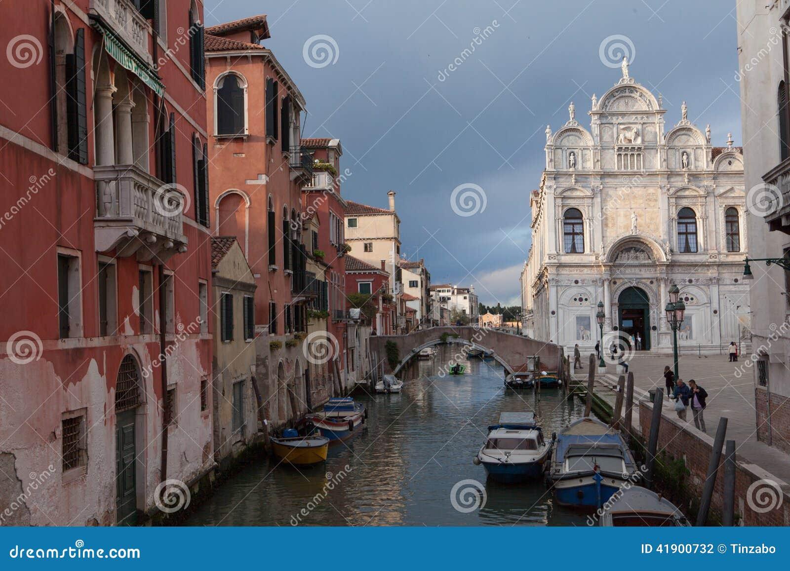 Venecia, plaza con un fasade de mármol de la catedral, del canal y del barco