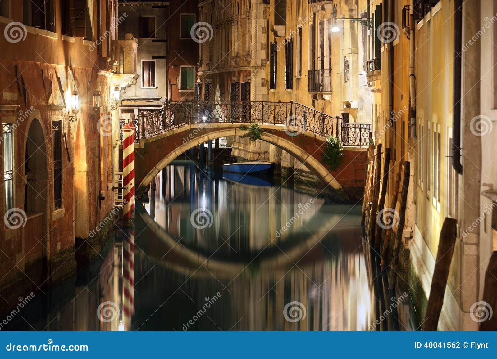 Venedig bro och kanal på natten