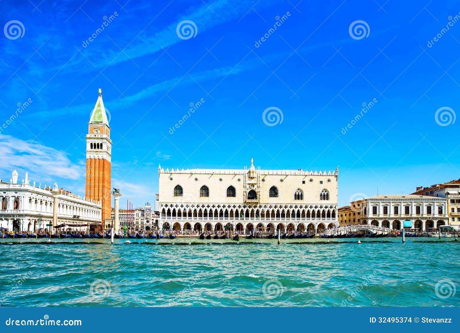 Venedig gränsmärke, piazza San Marco med campanilen och dogeslott. Italien