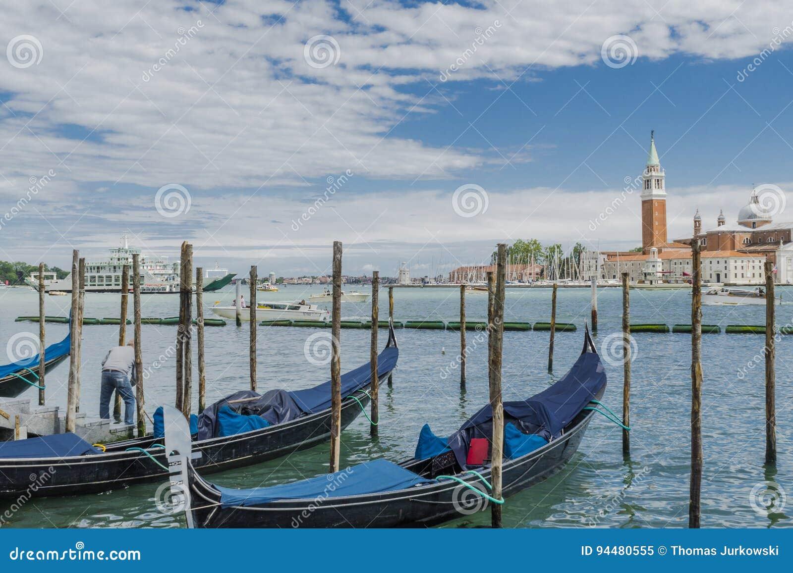 Venedig i Italien, gondoler och den Lido ön