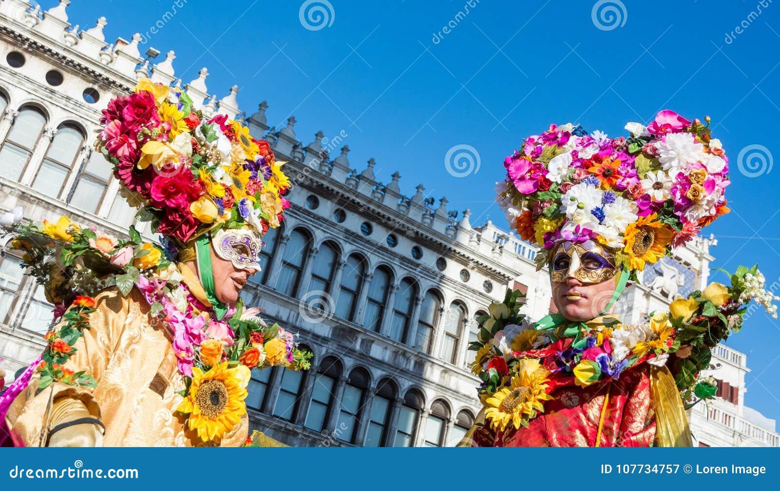 Venedig, Italien, am 6. Februar 2016: Paare in den Kostümen und Masken am St- Markquadrat während des Venedig-Karnevals