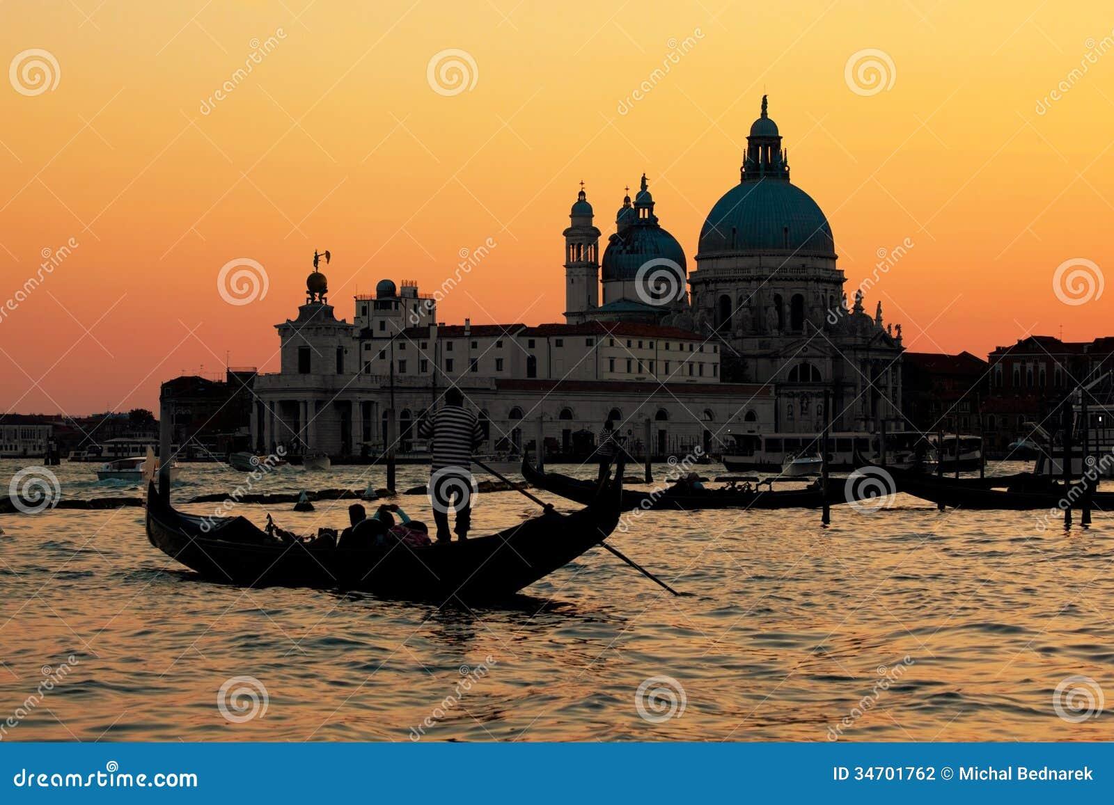 Venedig, Italien. Gondel auf Grand Canal bei Sonnenuntergang